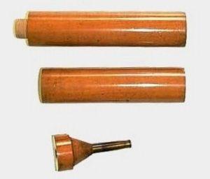 32-Estetoscopio de Laennec, primera versión, 1819